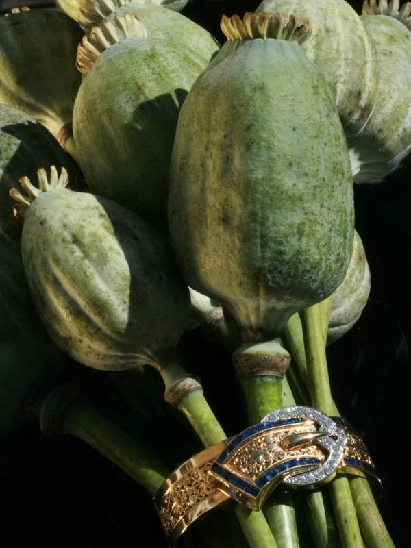 Extreme decorative Art Retro/Fifties gold bangle set with diamonds and sapphires