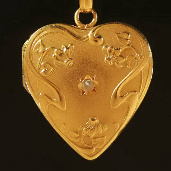Click here for the complete hearts in antique jewelry collection of Adin Antique Jewelry, Antwerp, Belgium