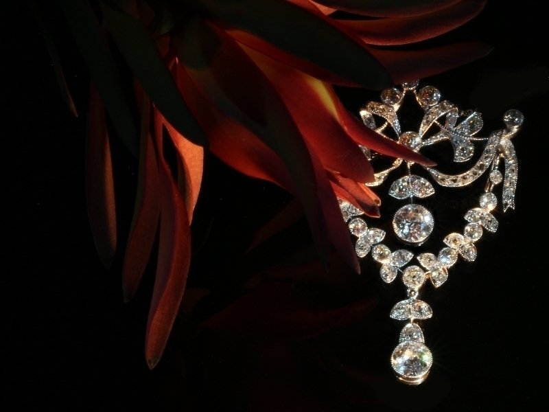 Click the picture to get to see this Gorgeous Belle Epoque diamond guirlande pendant.