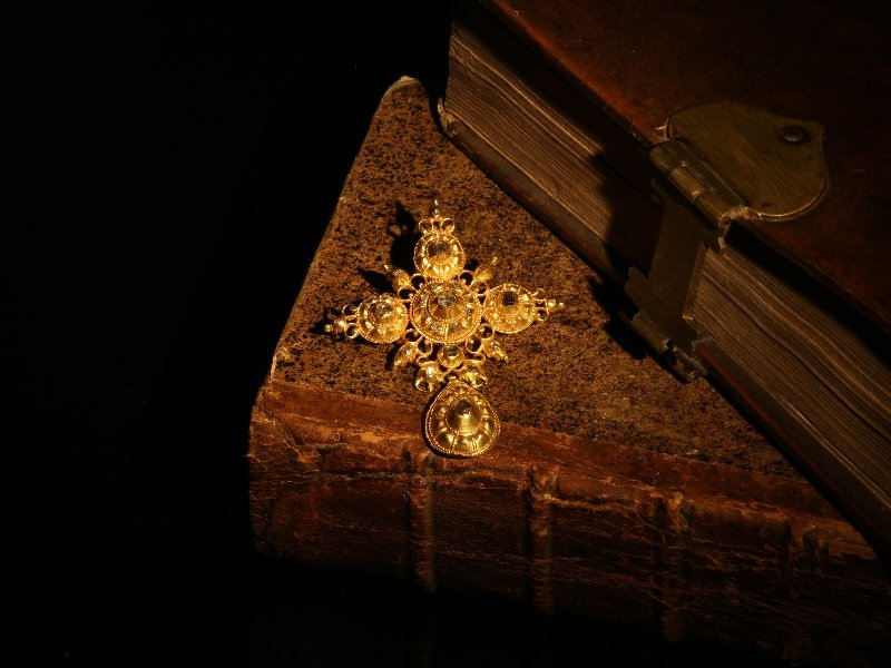 Click the picture to get to see this 17th Century gold and diamond cross.