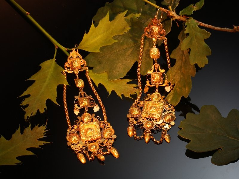 Click the picture to get to see these extreme rare antique Dutch gold filigree long pendent earrings.