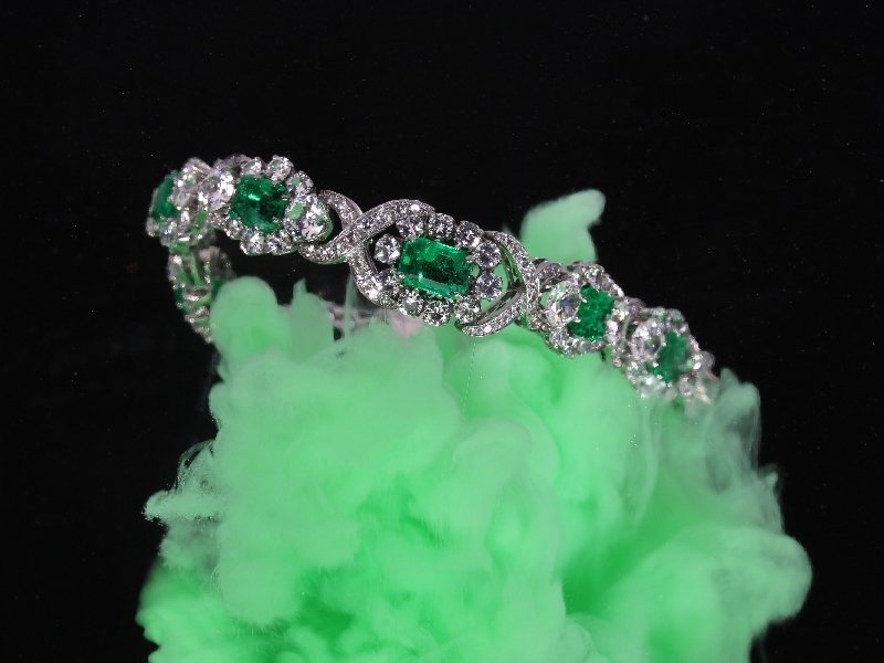 Click the picture to get to see this Truly magnificent 16+ crt brilliant and 7- crt Colombian emerald estate bracelet.