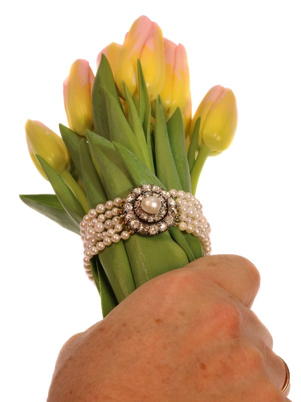 Click the picture to get to see this Antique 5-string pearl bracelet with rose cut diamond closure and real big pearl