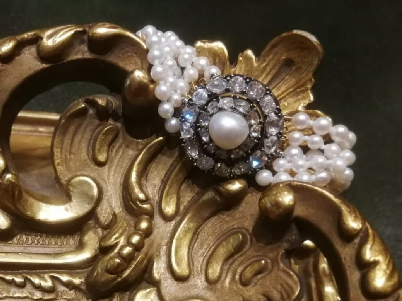 Click the picture to get to see this Antique 5-string pearl bracelet with rose cut diamond closure and real big pearl.