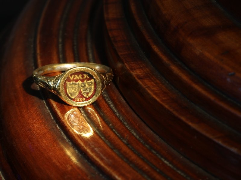 Click the picture to get to see this Renaissance brotherhood ring with two coat of arms behind transparant window.