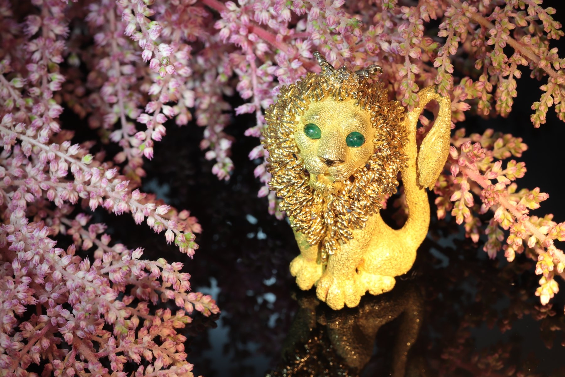 Click the picture to get to see this Cute Vintage French Fifties 18K gold King of the Jungle lion with diamond crown.