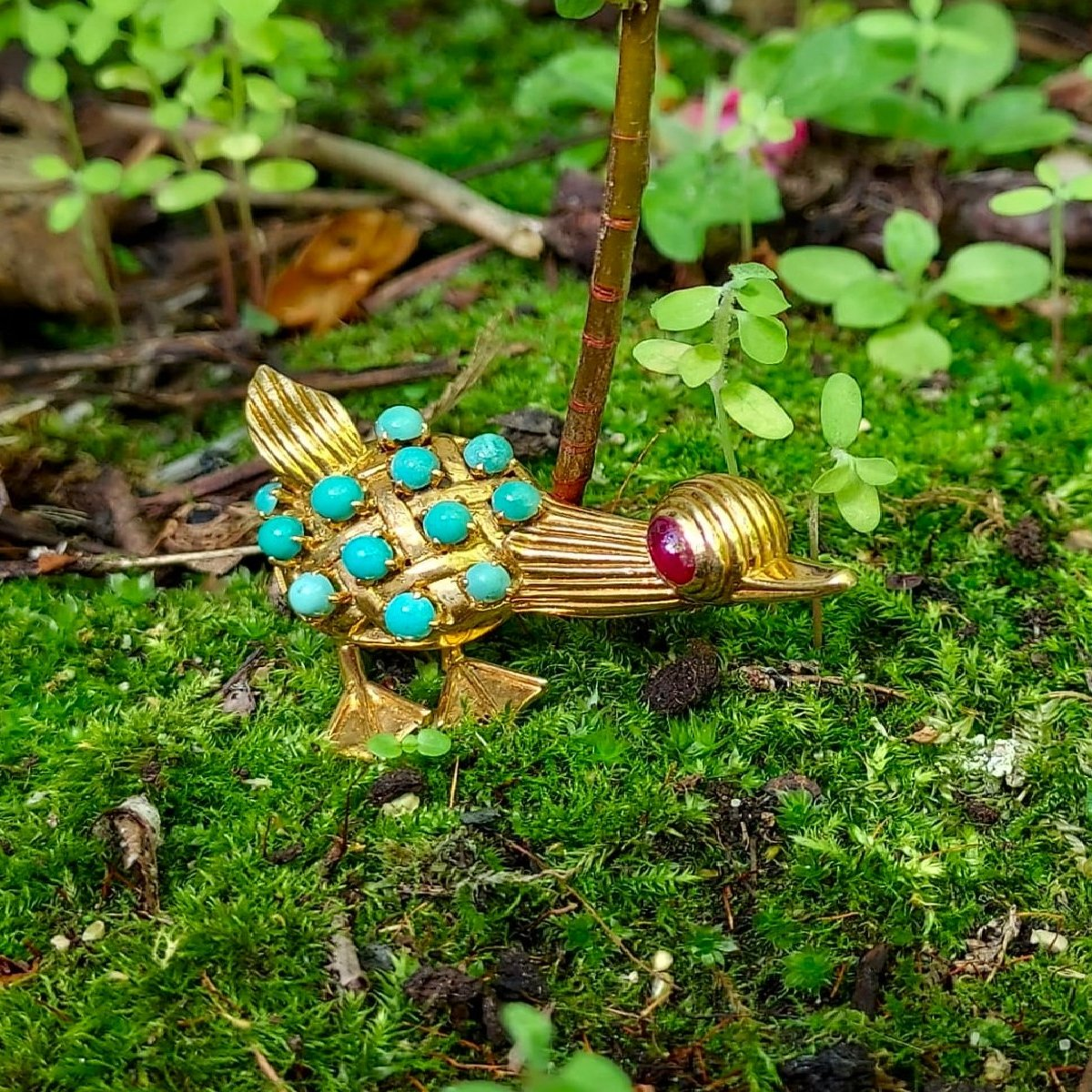 Click the picture to get to see this Vintage Fifties comical duck brooche with turquoises and ruby